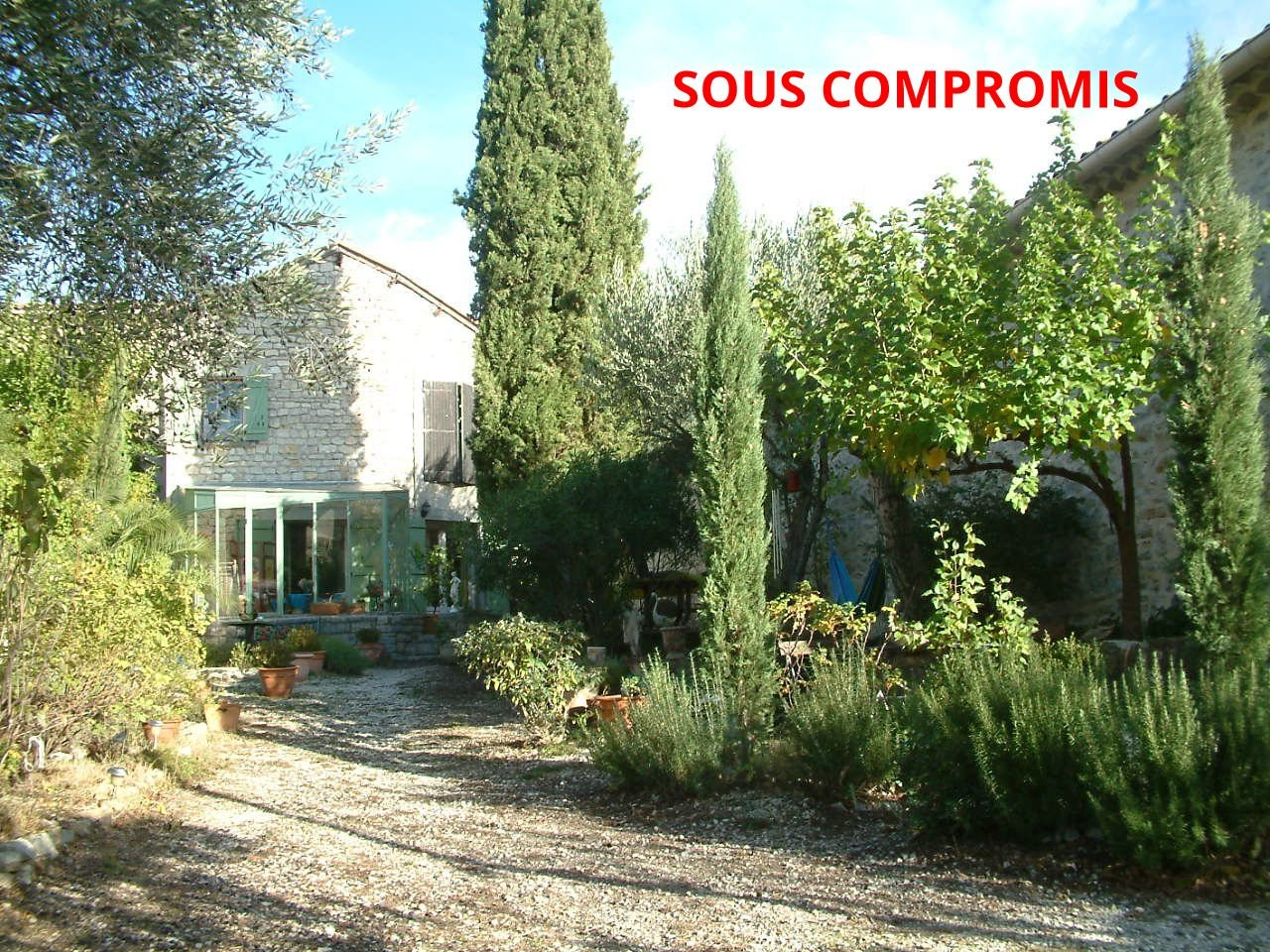 « Stonehouse with pool in small village »