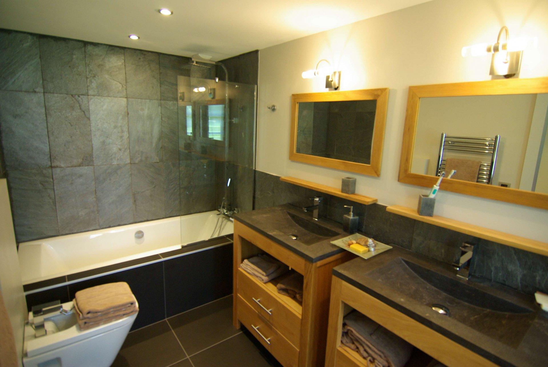 Grande e moderno bagno con vasca e doppio lavandino