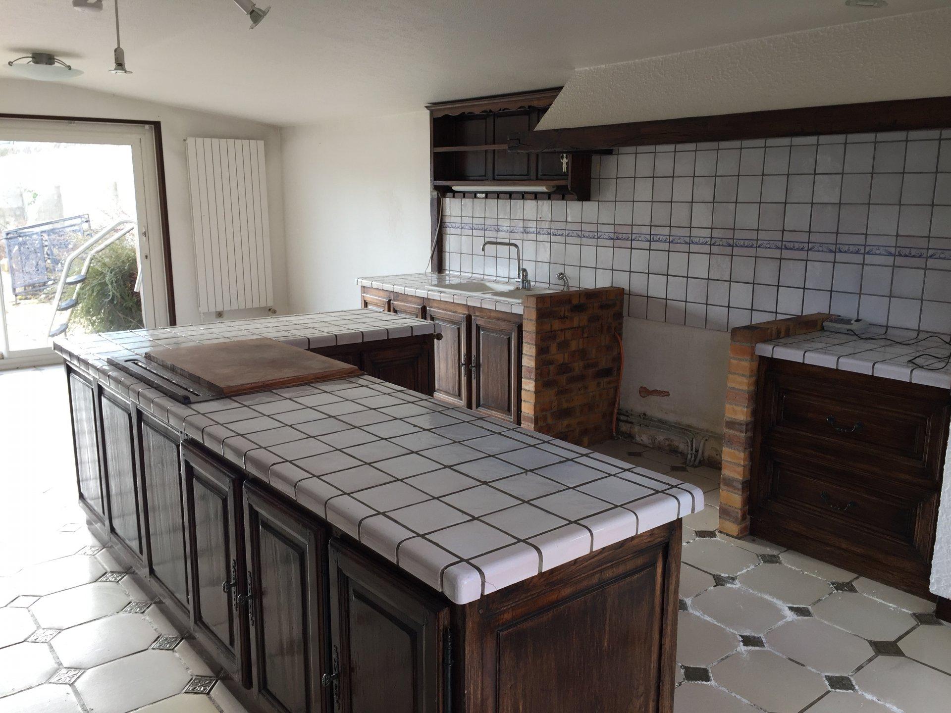 Ventilateur de plafond, lumière naturelle, îlot de cuisine