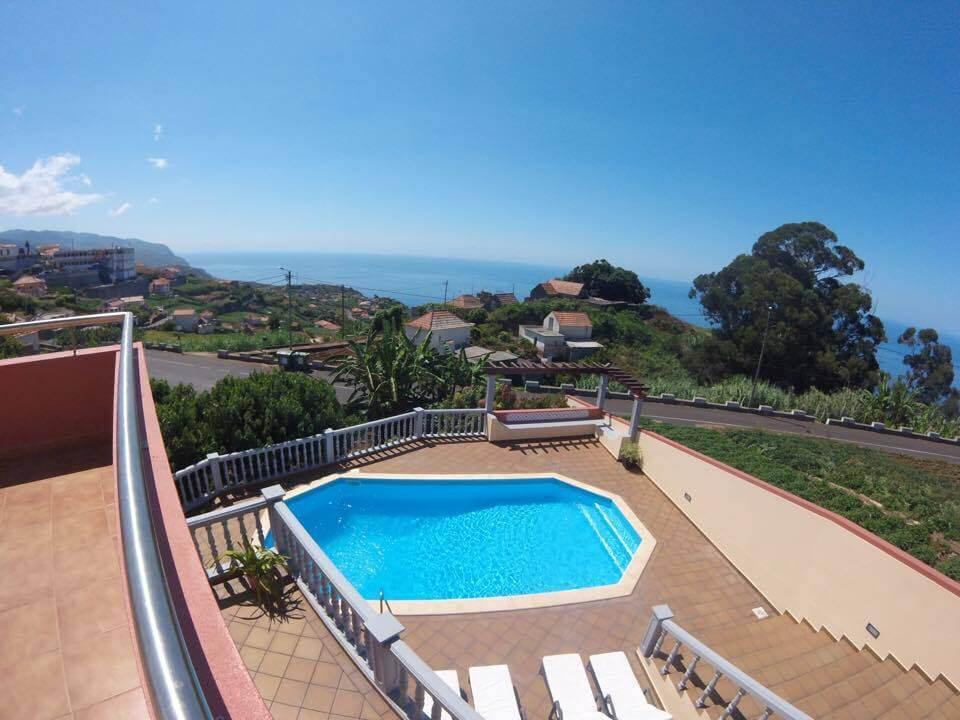 Casa Moderna T4 com Jardim, Grande Piscina e Espetacular Vista Mar – Ponta do Sol
