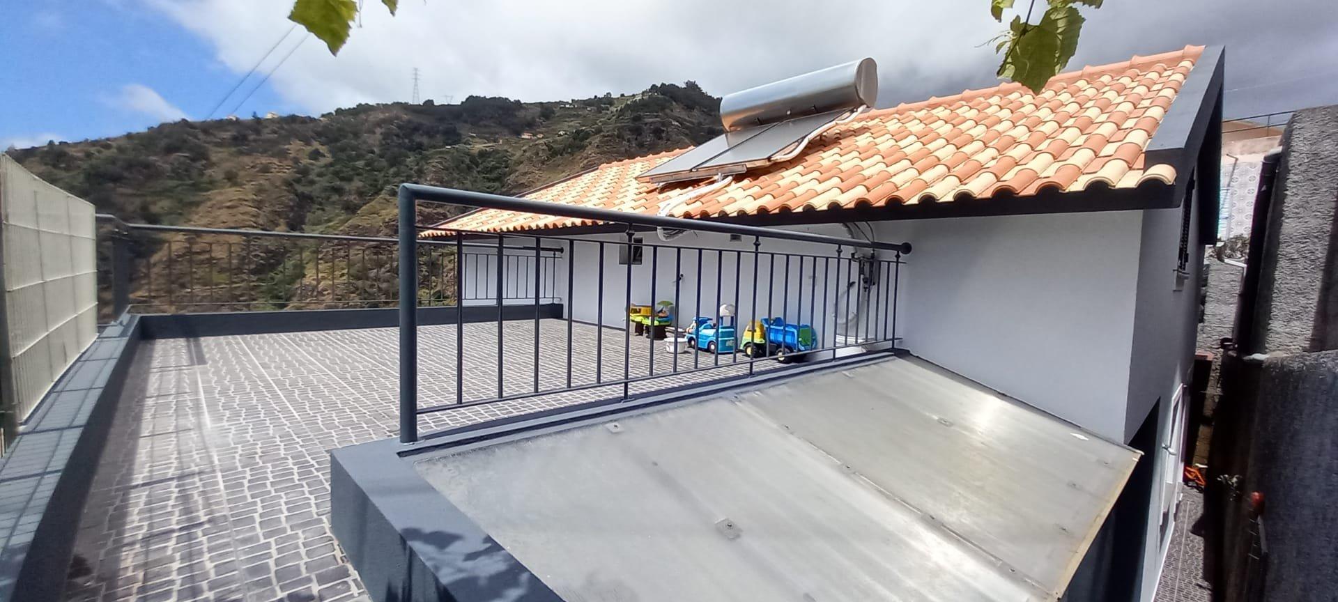 Casa T3 de 120 m2 com Jardim e Linda Vista Localizado nas Alturas de Ribeira Brava