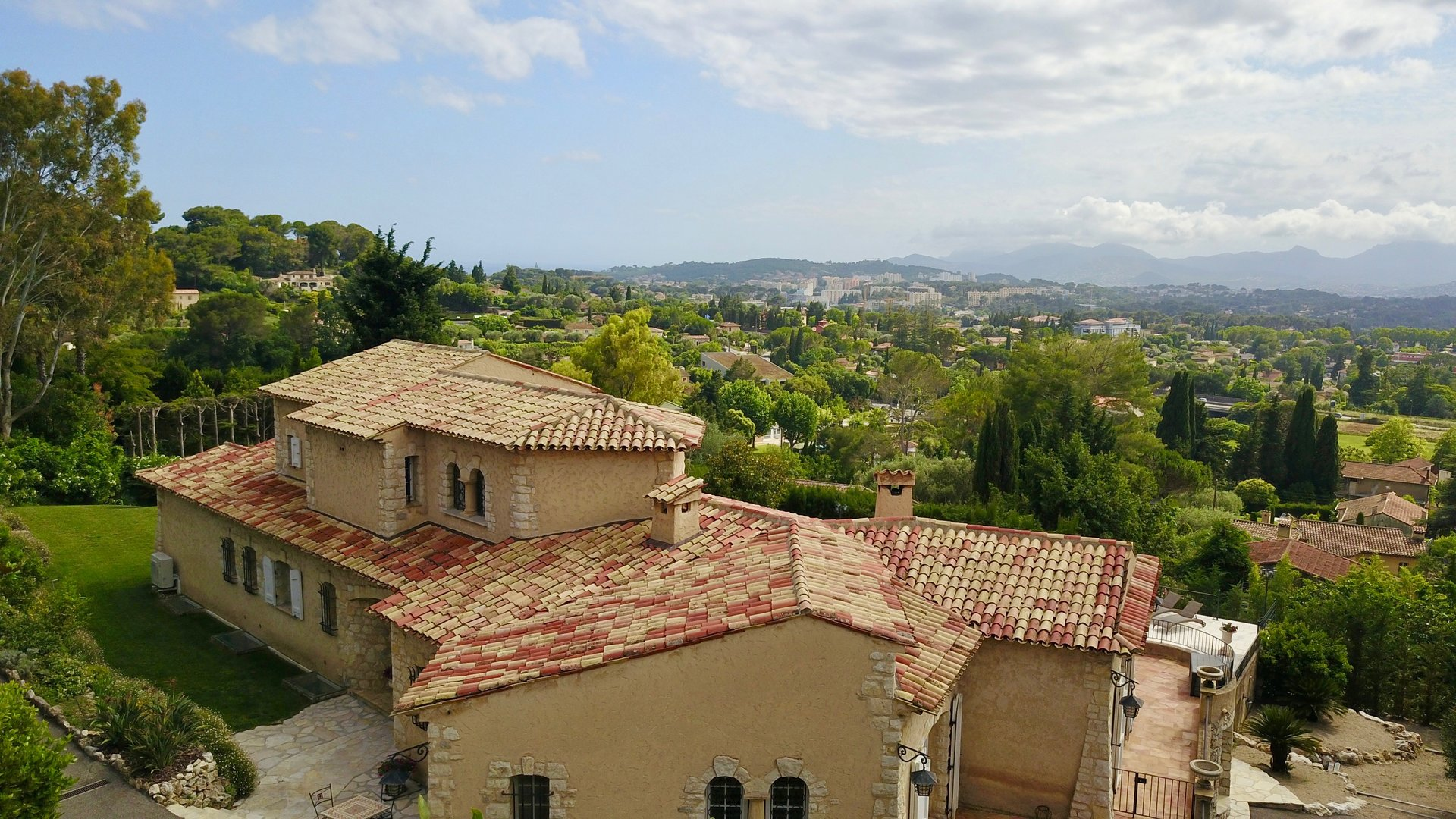 Villa in a gated estate in Mougins, Panoramic view