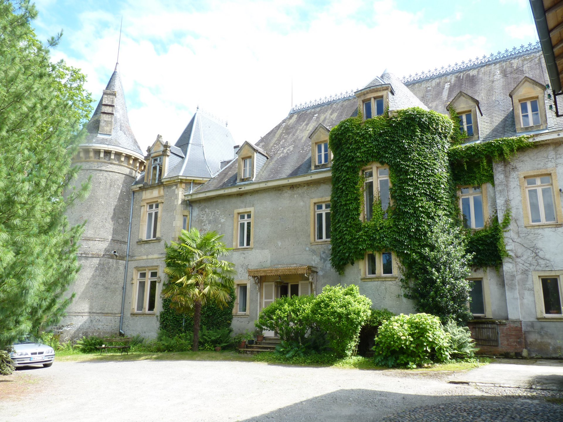 19th century castle on 1.7 hectare park, in the heart of Comminges,