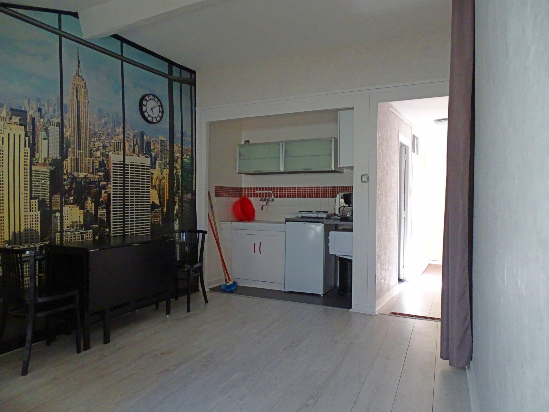 Mâcon - hyper centre - au 3ème étage d'une petite copropriété en pierre, venez découvrir cet appartement entièrement rénové offrant une surface carrez de 46 m². Ce bien est doté d'une pièce de vie avec coin kitchenette, une salle de bains avec toilette, deux chambres, et dressing. Appartement en parfait état, faibles charges de copropriété ( 26 euros/mois), appartement actuellement loué en meublé 350 euros + 5 euros de charges. Honoraires à la charge du vendeur.