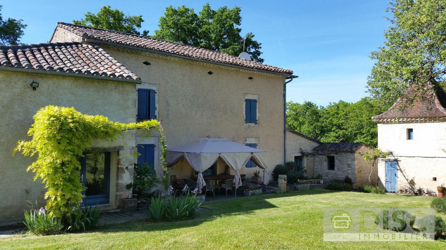 Belle propriété  avec maison, pigeonnier, piscine et atelier sur 5 ha.