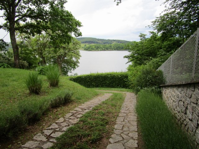 Spacieuse maison avec vue à vendre près du lac de Pannecière