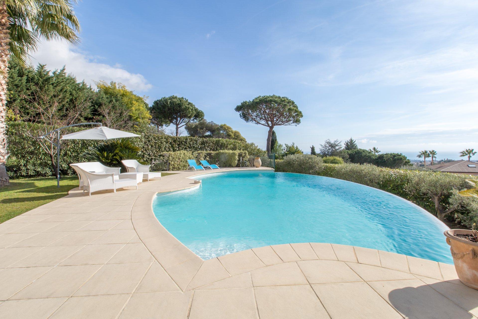 Dans un Domaine sécurisé, belle villa individuelle luxueusement rénovée avec piscine