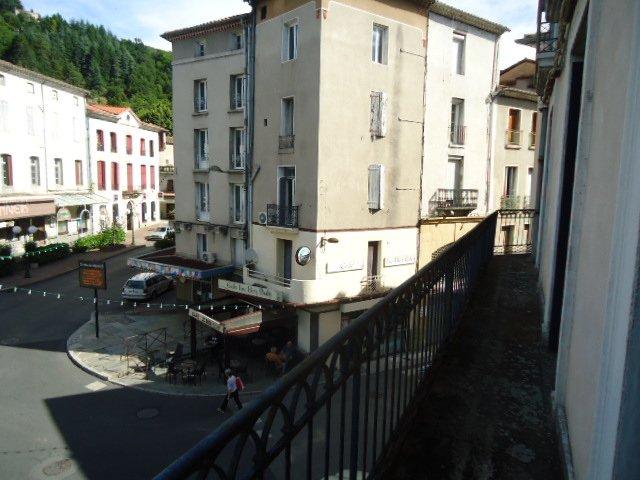 Murs commercial avec appartements, grenier et caves