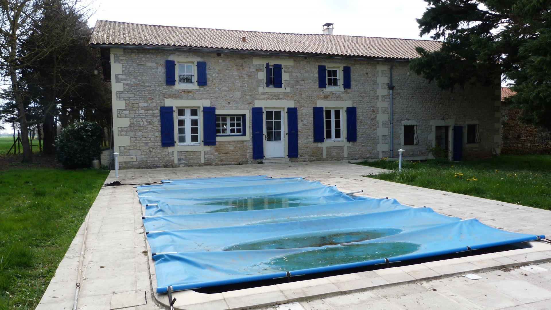 Propriété avec studio,  piscine et 1 HT de terrain