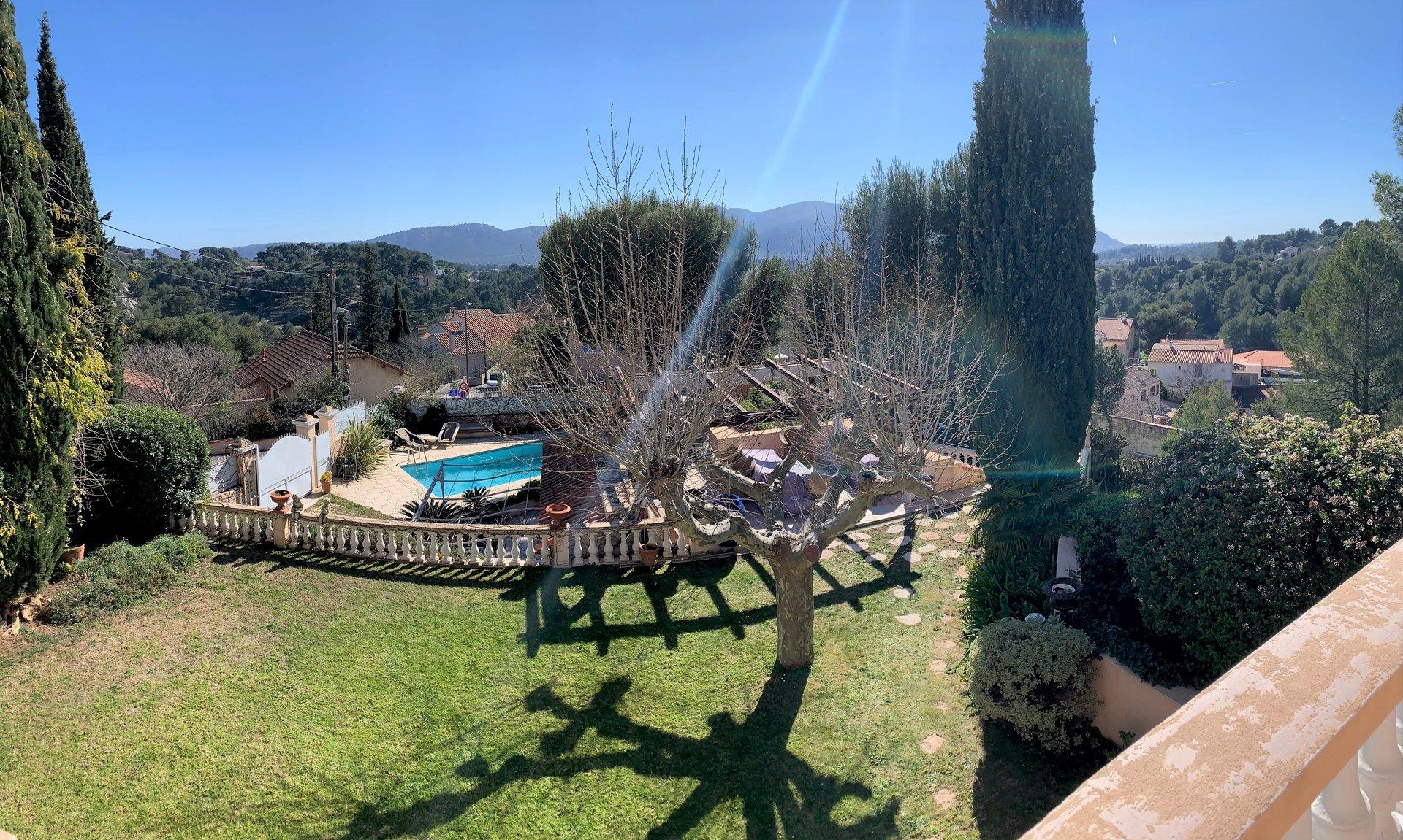Ancienne bastide avec vue dégagée, jardin arboré et piscine