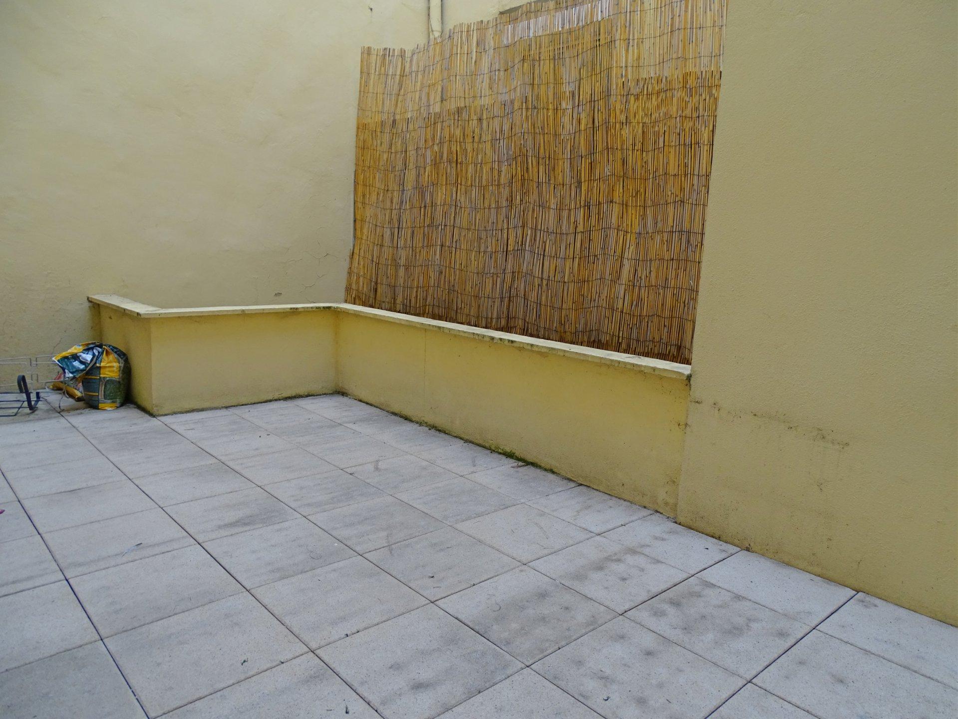 Hyper centre, Mâcon, à proximité immédiate des commerces et commodités, venez découvrir cet appartement d'une surface de 85 m² entièrement rénové. Ce bien dispose d'une spacieuse pièce de vie, cuisine avec accès à la terrasse, deux chambres, salle de bains, toilette. Cet appartement est doté de nombreux rangements ainsi qu'une cave et une place de parking privative! Vous n'aurez plus qu'à poser vos valises. Copropriété bien entretenue, avec ascenseur, faibles charges (76 euros par mois - 11 lots). Honoraires à la charge du vendeur.