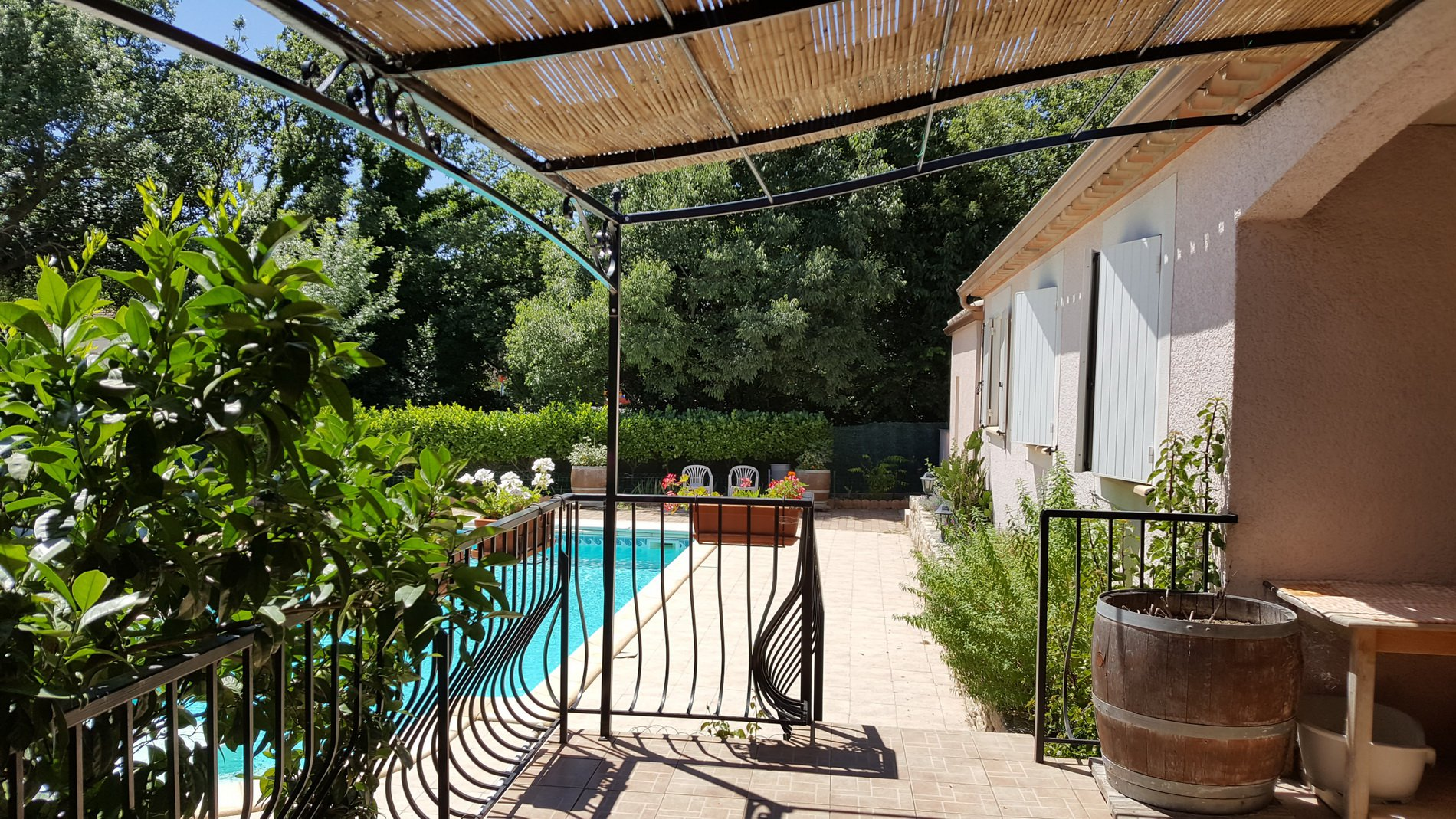 Villa with garage, garden and swimming pool