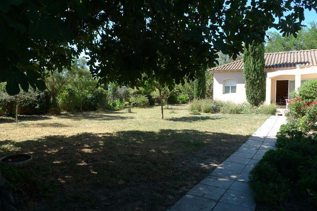 Vente en viager occupé pour cette villa ,dans quartier résidentiel ,de plain pied sur un joli jardin arboré