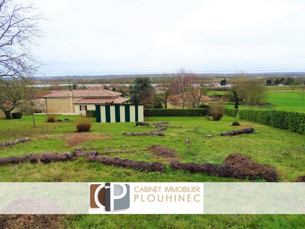 A 10 mn de Mâcon, dans le village de St Martin Belle Roche: Terrain constructible de 926 m², en partie viabilisé.  Libre constructeur, très belle vue panoramique, exposition SUD - EST. Honoraires à charge vendeurs.