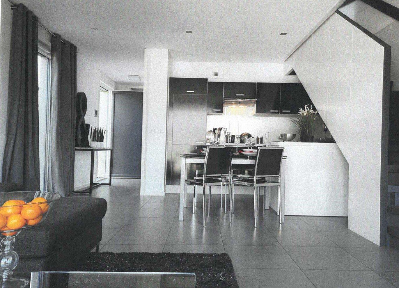 Mâcon, entre ville et campagne, venez découvrir cette belle maison BBC, construite en ossature bois avec un design très contemporain.  En rez de jardin, elle dispose d'une pièce à vivre avec cuisine équipée et d'une grande suite parentale. L'étage s'ouvre quant à lui sur un dégagement desservant 2 autres chambres, une salle de bain et un espace pouvant servir de salon TV.  Grandes baies vitrées offrant une vraie sensation de plein air et donnant sur une superbe terrasse de 100 m² et son jardin parfaitement aménagé (parcelle de 480 m² piscinable).   Vous cherchez une maison contemporaine (ouvertures, design, brises soleil orientables..), économe et écologique (BBC, chauffe eau thermodynamique, consommation énergétique faible, vraie isolation thermo-acoustique..) ? Ne cherchez plus, vous l'avez trouvé ! Honoraires à la charge des vendeurs.