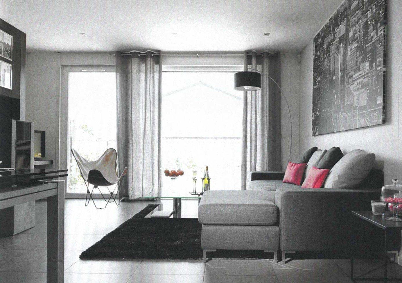 SOUS COMPROMIS DE VENTE  Mâcon, entre ville et campagne, venez découvrir cette belle maison BBC, construite en ossature bois avec un design très contemporain.  En rez de jardin, elle dispose d'une pièce à vivre avec cuisine équipée et d'une grande suite parentale. L'étage s'ouvre quant à lui sur un dégagement desservant 2 autres chambres, une salle de bain et un espace pouvant servir de salon TV.  Grandes baies vitrées offrant une vraie sensation de plein air et donnant sur une superbe terrasse de 100 m² et son jardin parfaitement aménagé (parcelle de 480 m² piscinable).   Vous cherchez une maison contemporaine (ouvertures, design, brises soleil orientables..), économe et écologique (BBC, chauffe eau thermodynamique, consommation énergétique faible, vraie isolation thermo-acoustique..) ? Ne cherchez plus, vous l'avez trouvé ! Honoraires à la charge des vendeurs.
