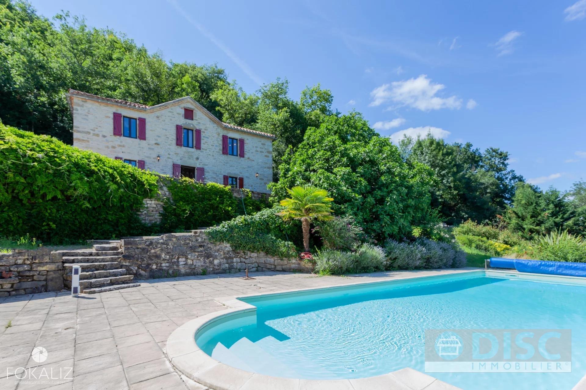 Belle propriété en pierre avec gite et piscine ainsi qu'une vue a couper le souffle.