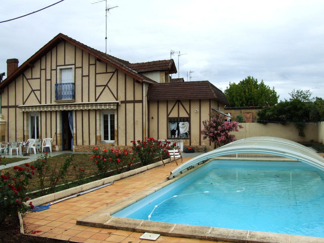Maison en pierres avec piscine