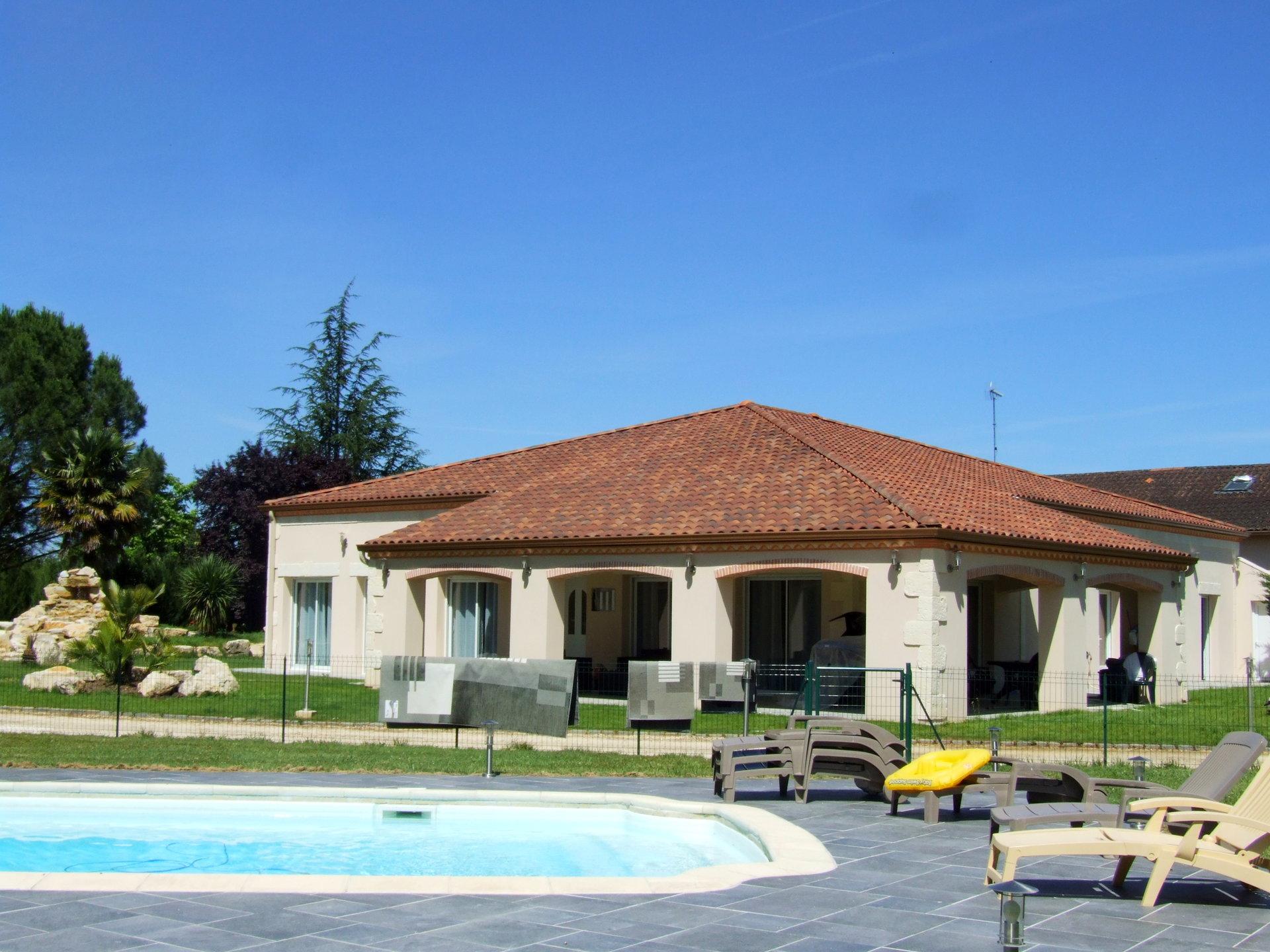 Très belle Villa moderne de 2006 avec piscine  et terrasses sur 6000m² de parc arboré