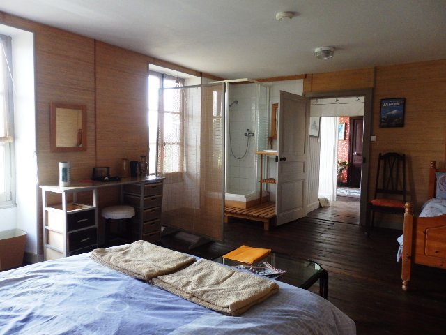 Hotel avec 11 chambres, restaurant, bar avec et lieu de musique, granges et terrain