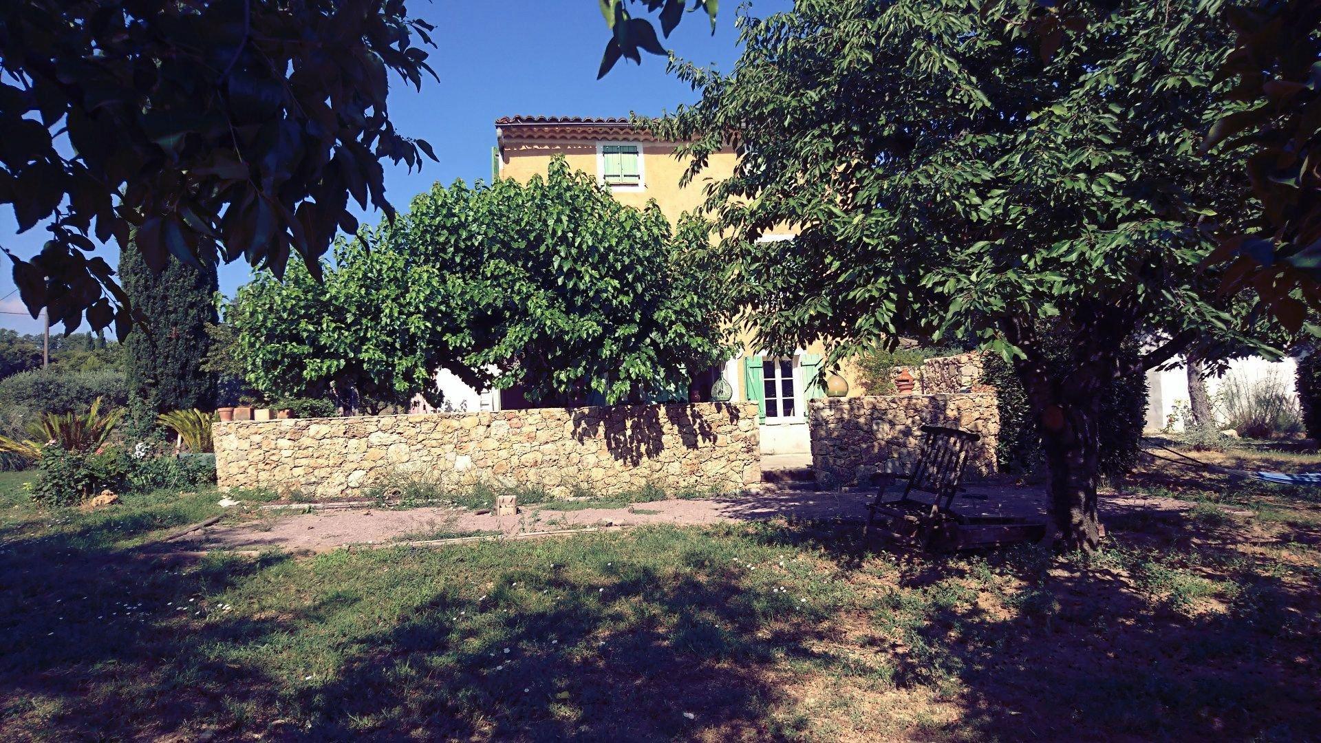 LORGUES, CHARMANTE MAISON ANCIENNE SUR 9426 M² DE TERRAIN