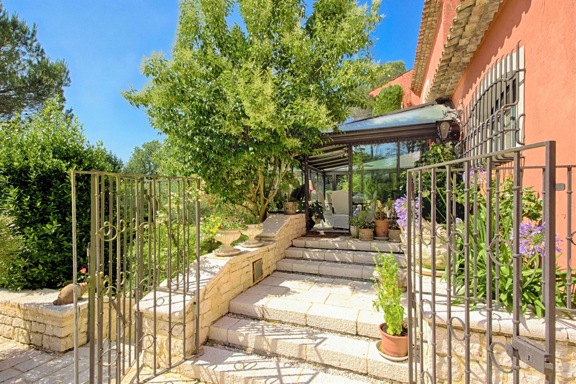 Mougins, domaine de la Peyrière, charming property with cos residual important