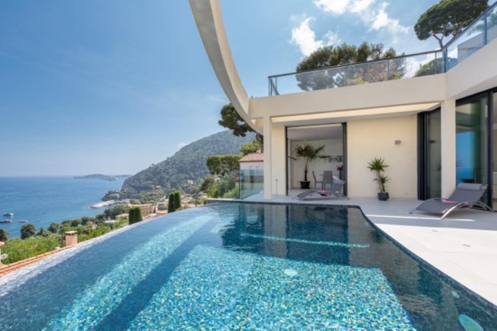 Au coeur de la Baie de Eze, à quelques minutes de la principauté de Monaco et à 5 minutes des plages, ...