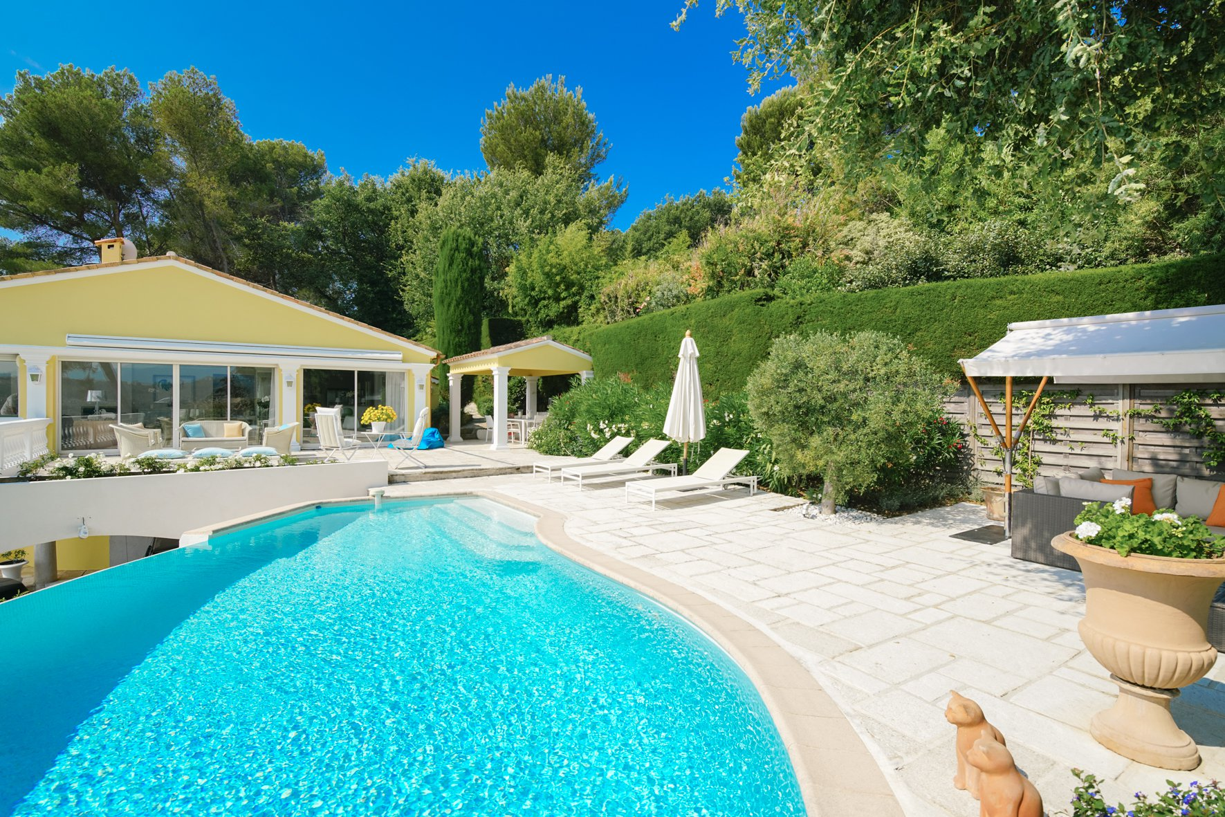 MOUGINS - PRIVATE DOMAIN - RENOVATED VILLA