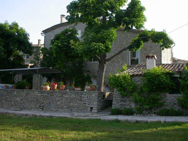 « 16th-18thcentury hamlet one hour from Airport/TGV »
