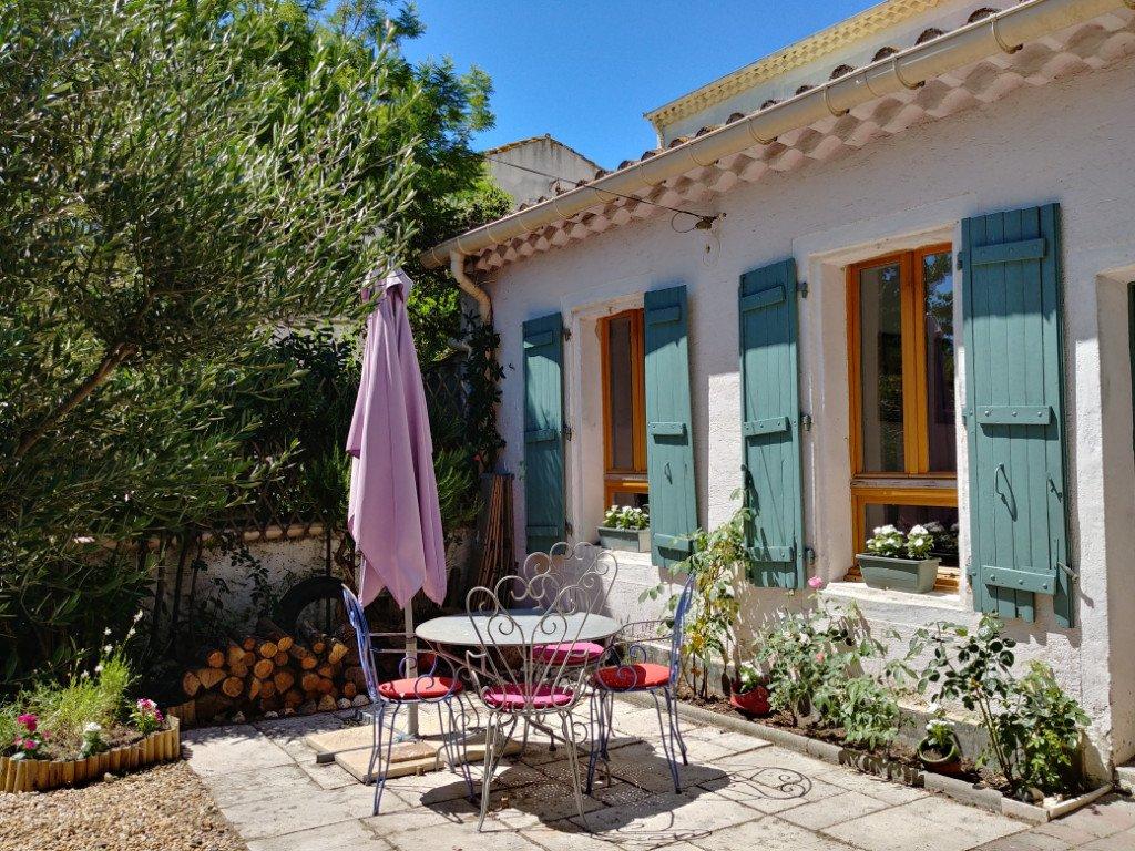Litet byhus med charmig trädgård