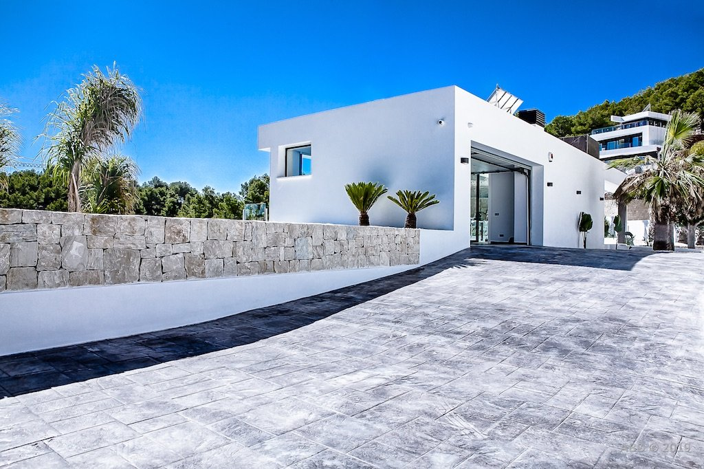 Moderne villa met panoramisch uitzicht op zee