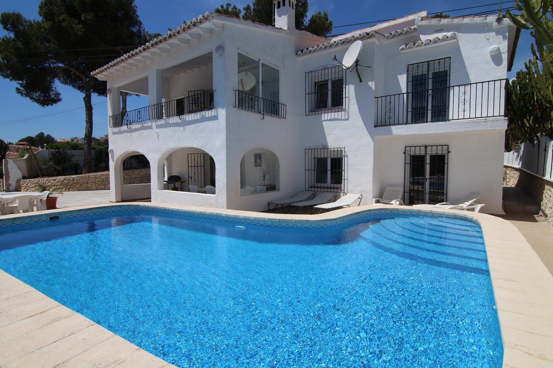 Villa with 2 identical floors close to beach and town