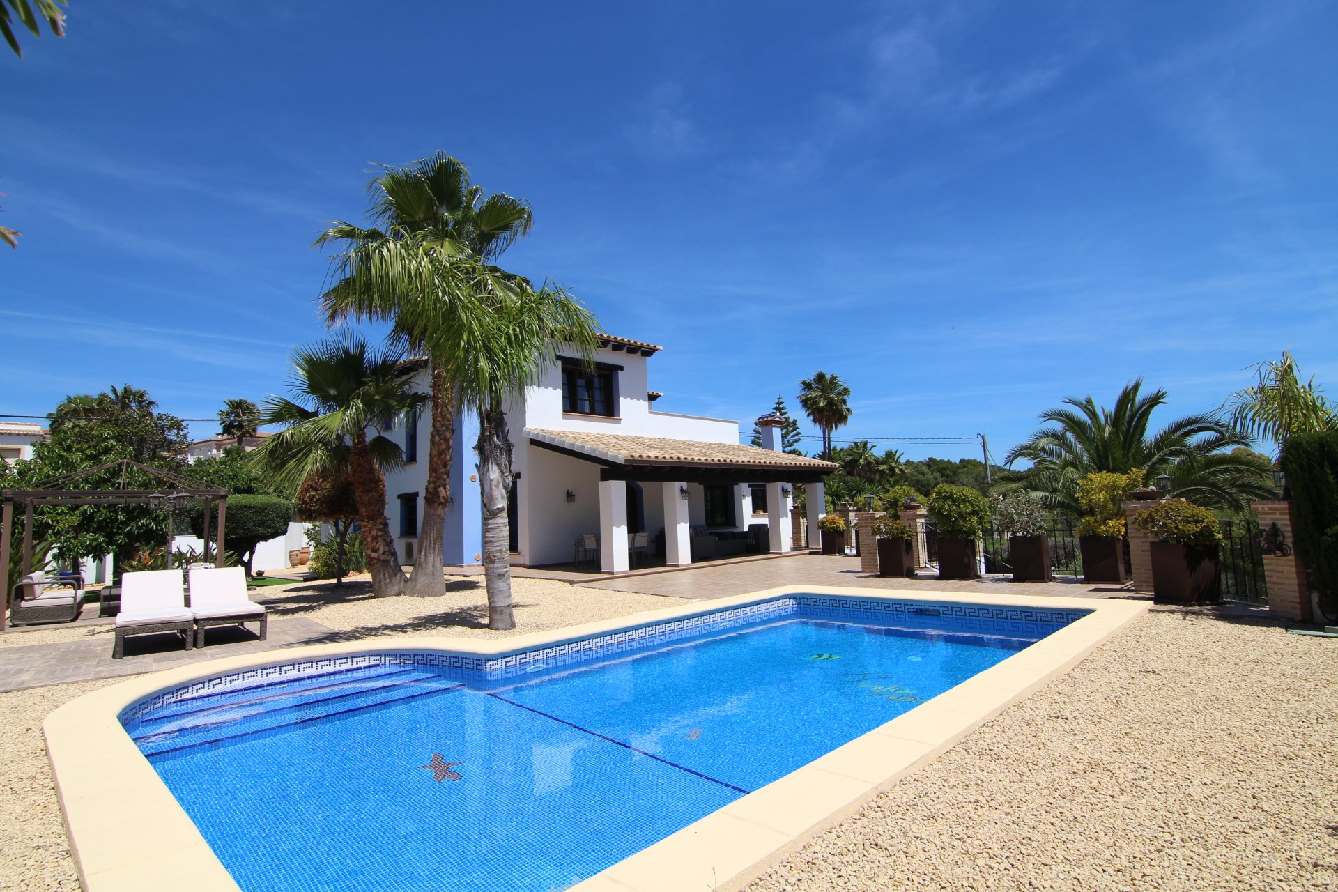 Luxury villa with 5 bedrooms in quiet and green area