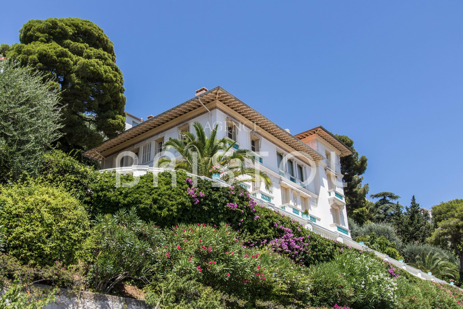 Top floor apartment for sale in period house with panoramic sea view