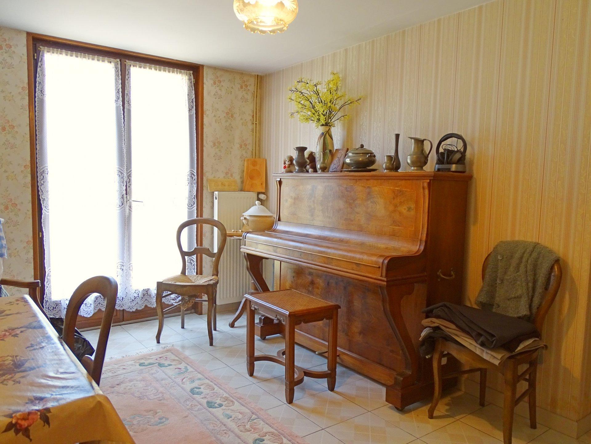 Chevagny les chevrières, à 5 mn de Charnay les Mâcon, dans un quartier calme proche du centre du village, maison parfaitement bien entretenue d'environ 130 m² hab.  Elle se compose d'un grand séjour ouvert sur une terrasse avec vue dégagée, d'une cuisine aménagée, de deux grandes chambres et d'une salle de bain au 1er étage.  En rez de chaussée, elle dispose d'une cuisine d'été et de deux chambres à proximité d'une seconde terrasse. Garage, cave et petite dépendance complètent cette jolie maison.  Construction et environnement de qualité ! A visiter sans tarder !  Honoraires à charge vendeurs