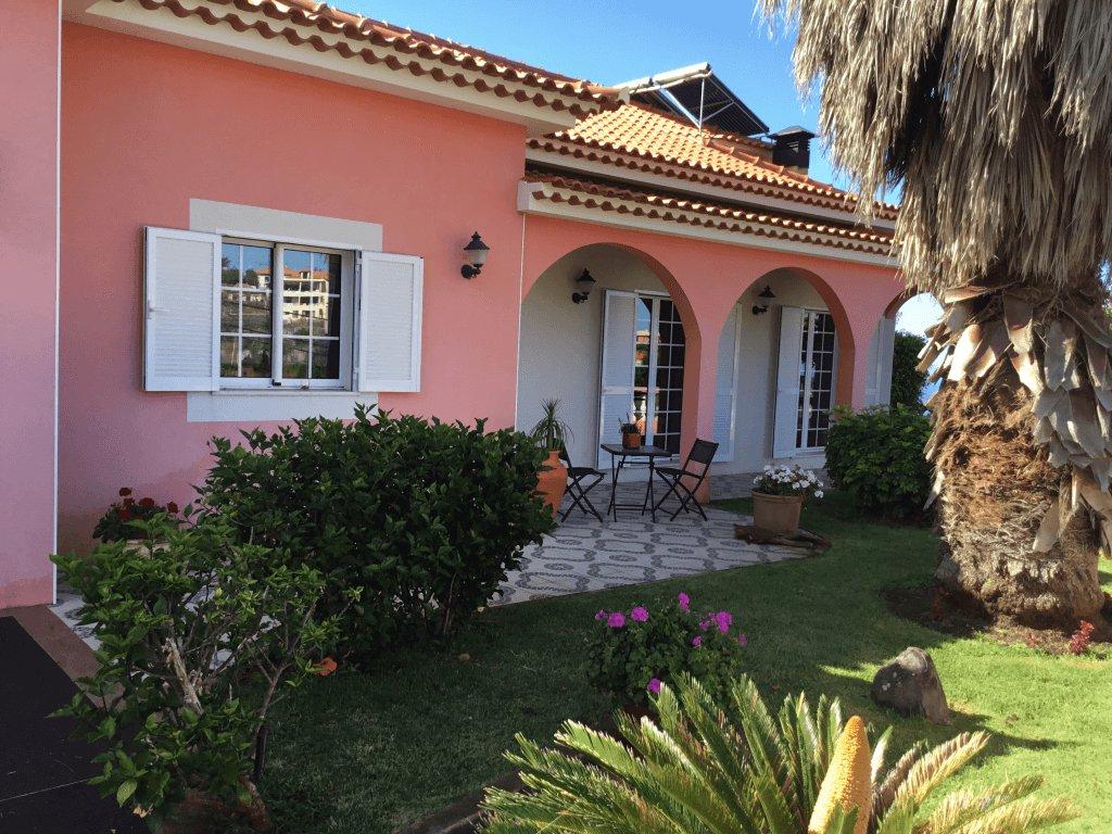 Superbe Maison T5 de 250 m2 sur 1.250 m2 de Terrain Plat Piscinable. Vue Panoramique sur L'Océan. Ponta do Sol