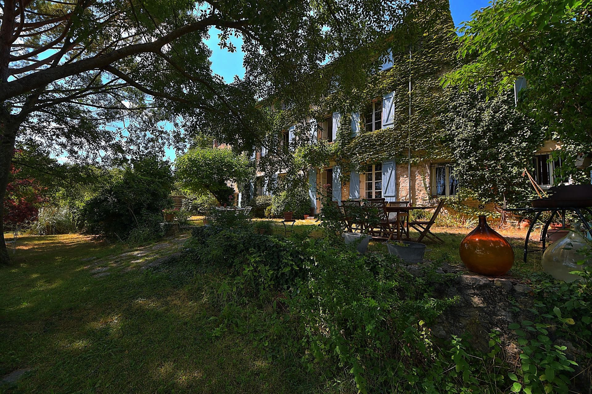 Domain of 147 ha in the heart of authentic Provence