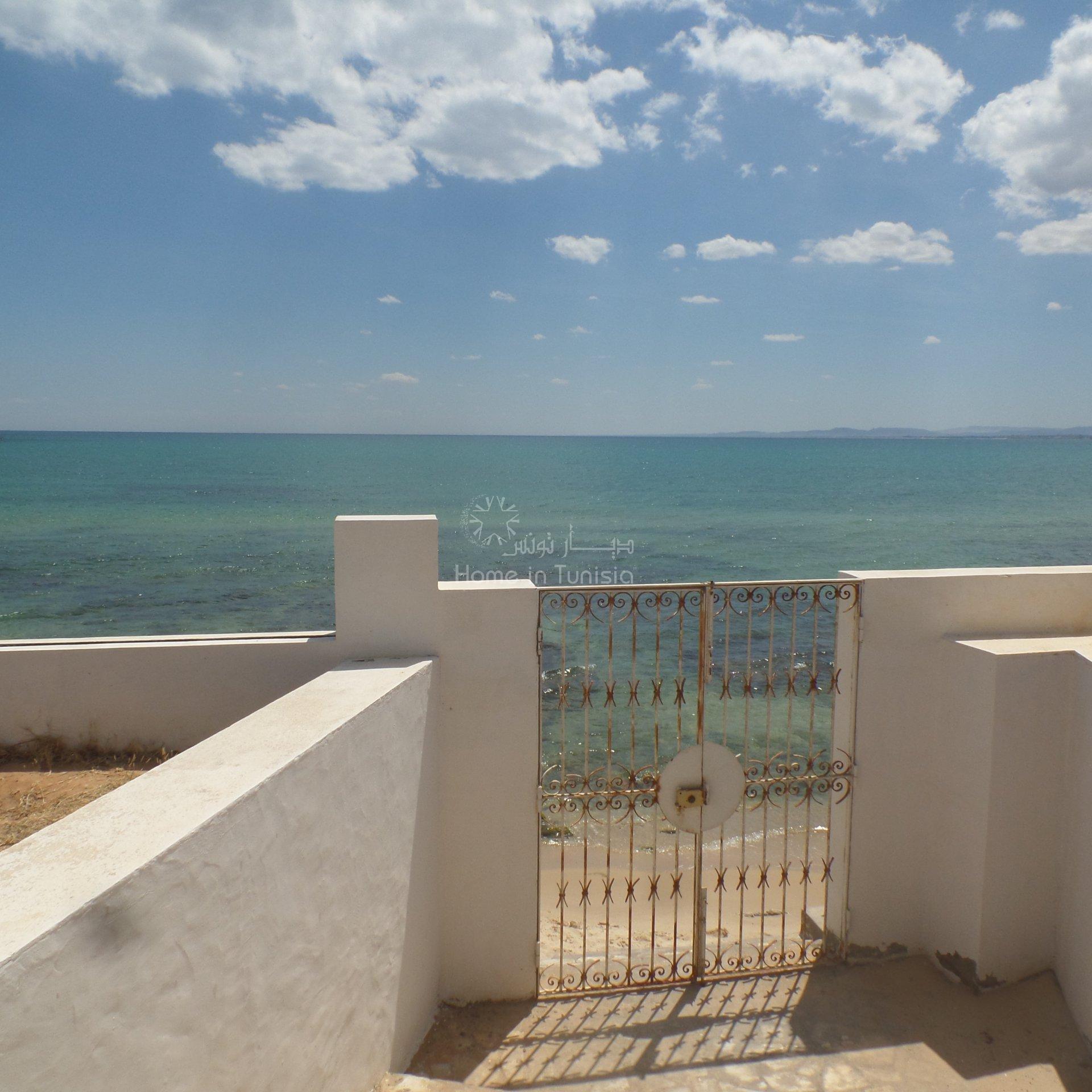 Superbe appartement S+2 pied dans l'eau vue latérale sur la mer