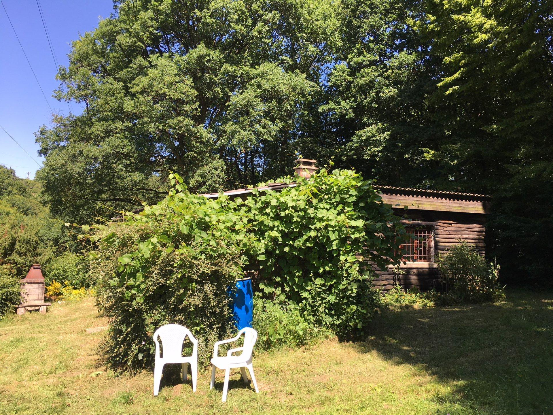 Maison de loisirs sur terrain boisé