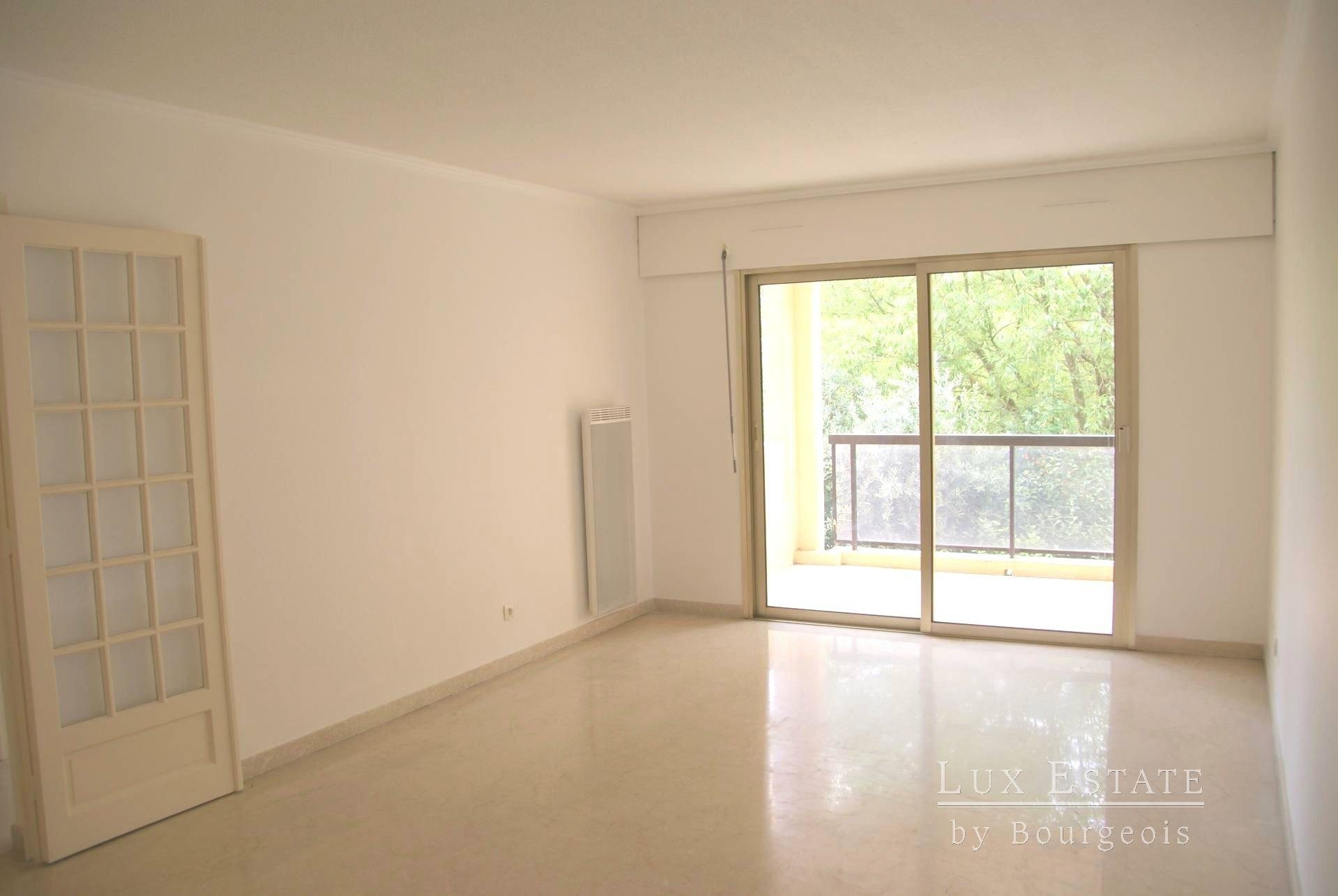Mougins, Tournamy area 3-rooms flat with parking space
