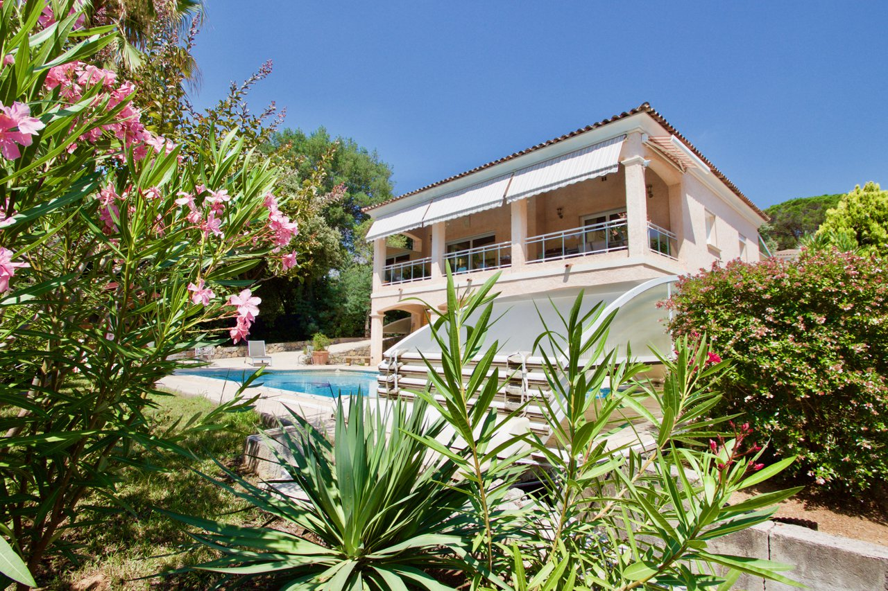 Saint Raphaël - Spacious Villa (300 m2) in a residential area.