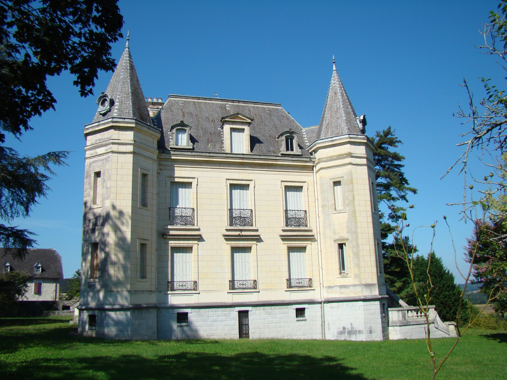 Magnificent château with former coach house
