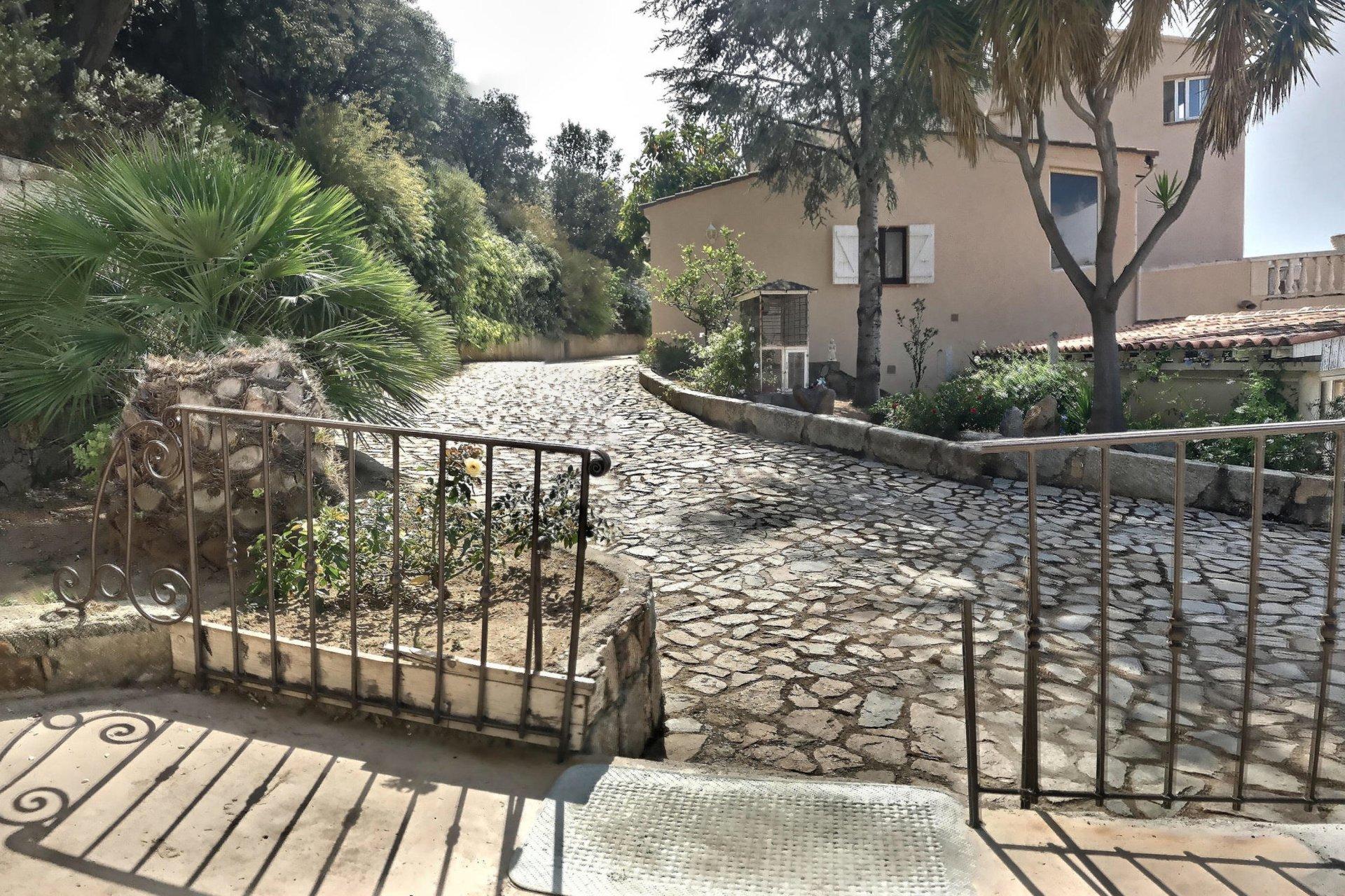 Maison mitoyenne - 3 appartements + dépendance- Corbara