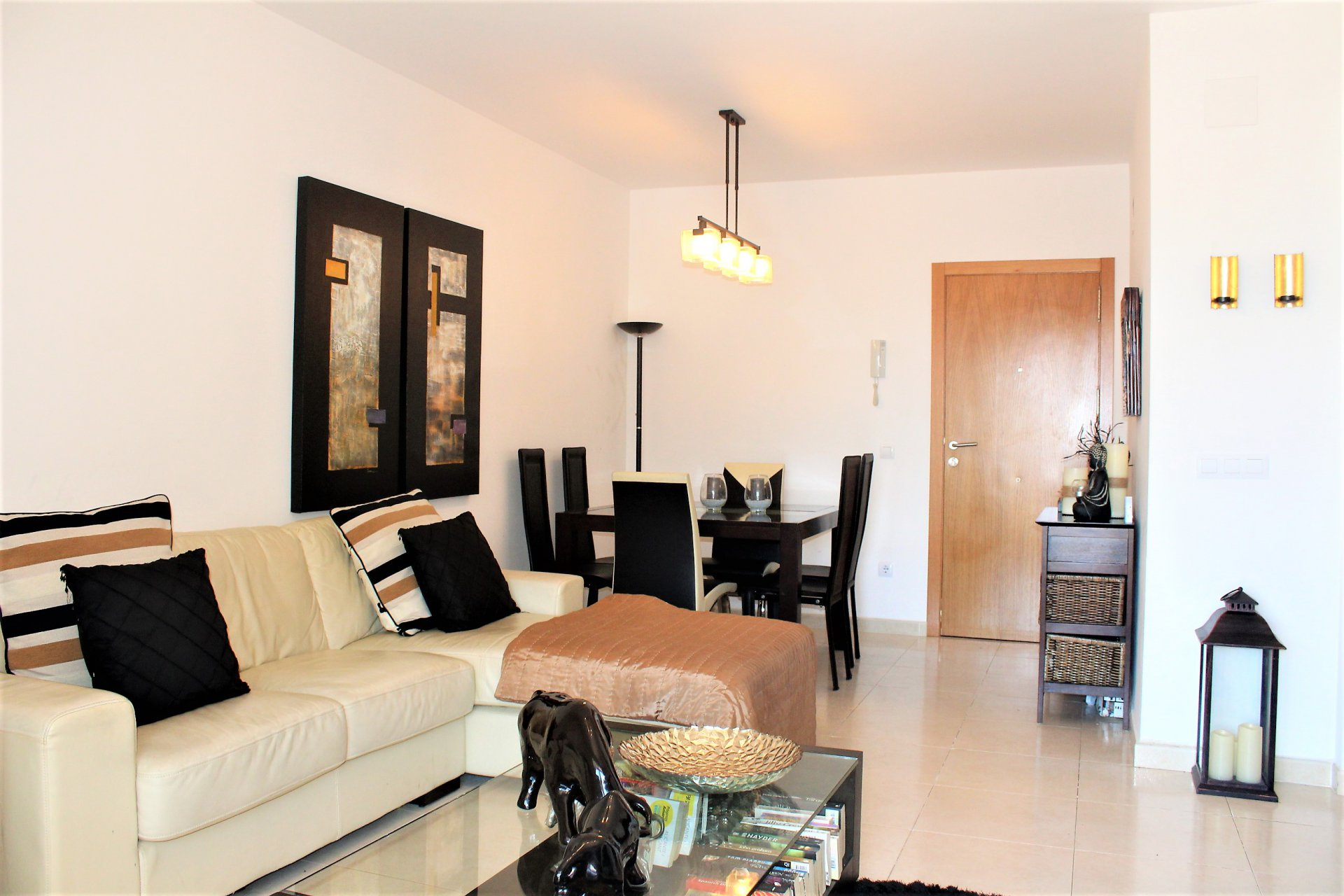 Perfect 2-bedroom apartment in nice complex with pool