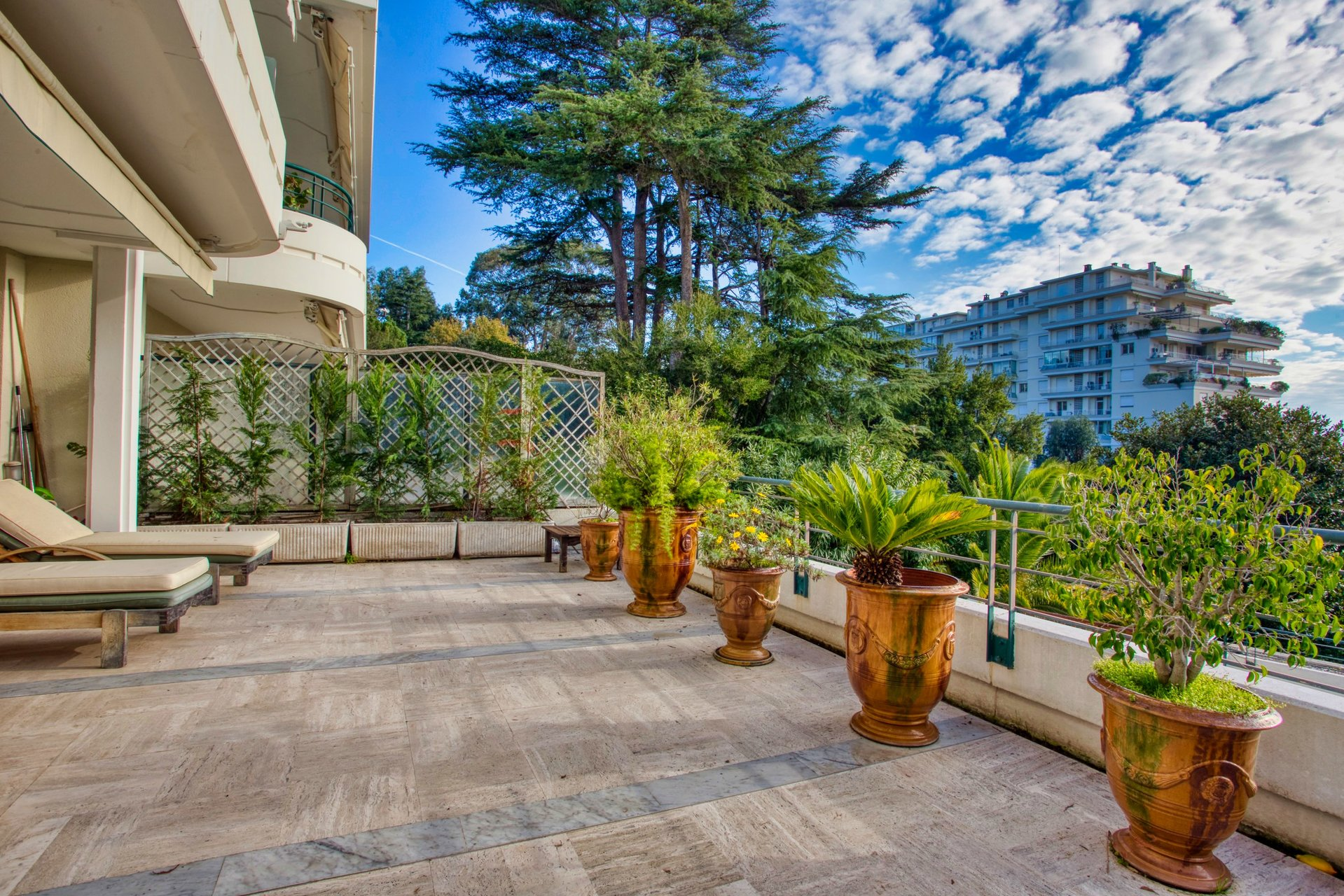 Sea view apartment with large terrace, pool, quiet and garage, near the center of Cannes