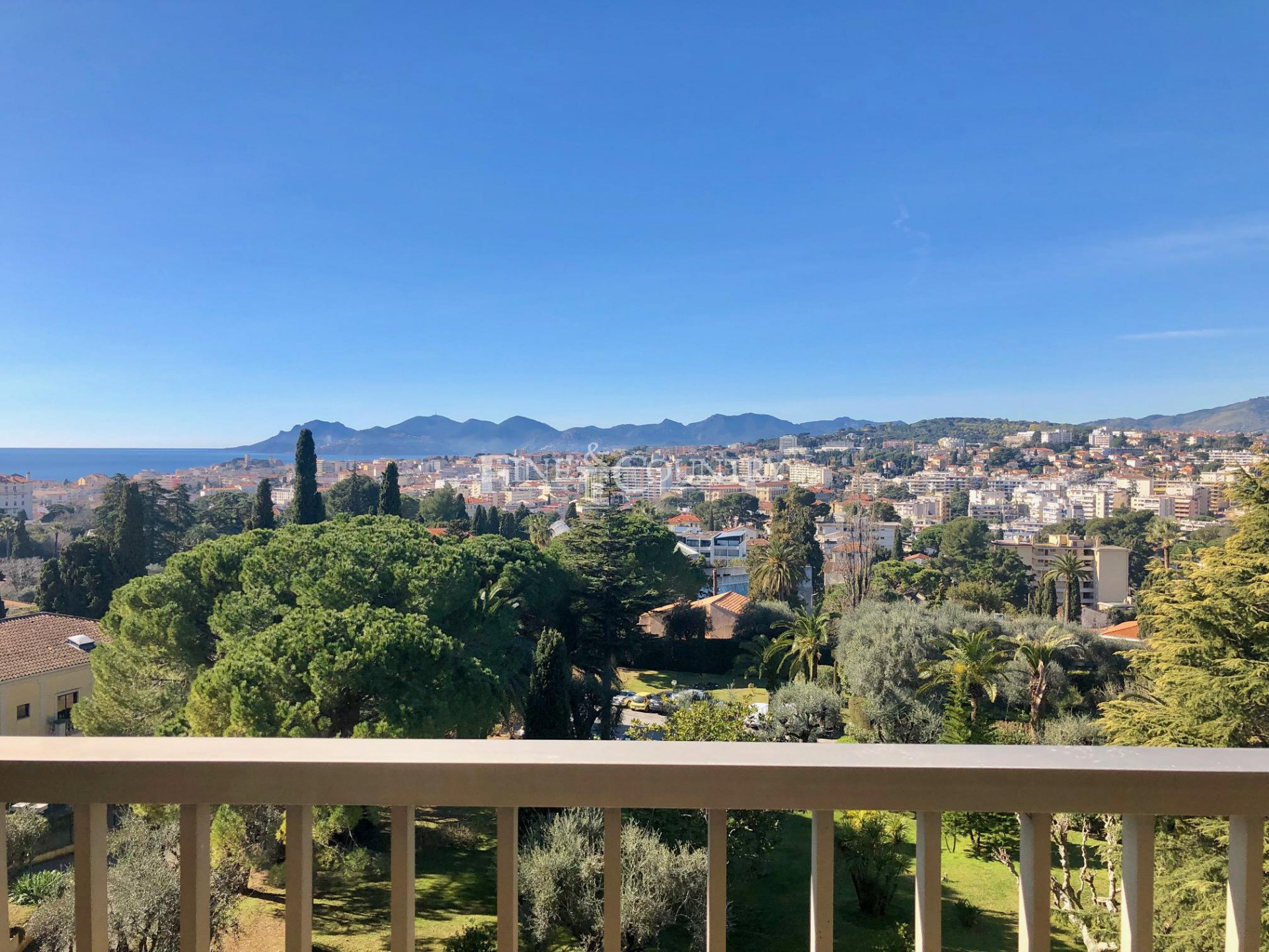 Apartment for sale in Cannes with sea views