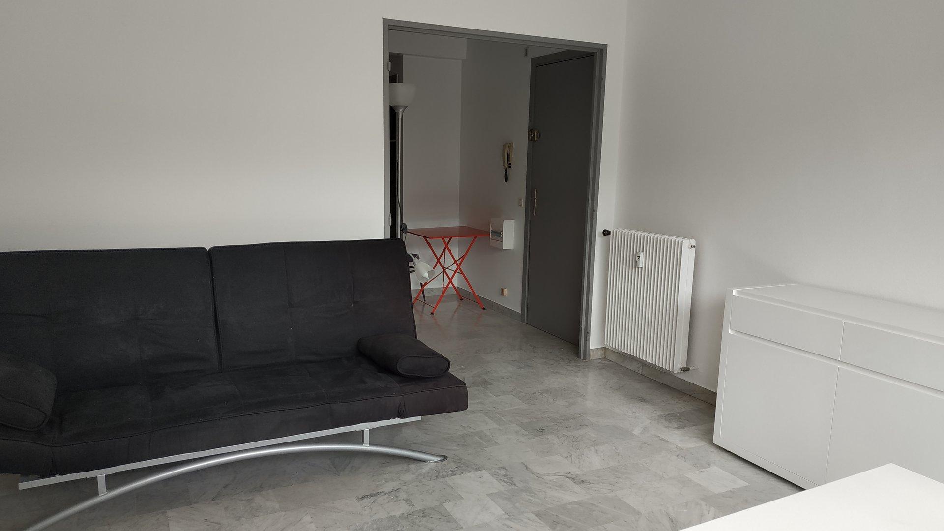 Coquet F2 meublé dans résidence au centre ville de Vallauirs