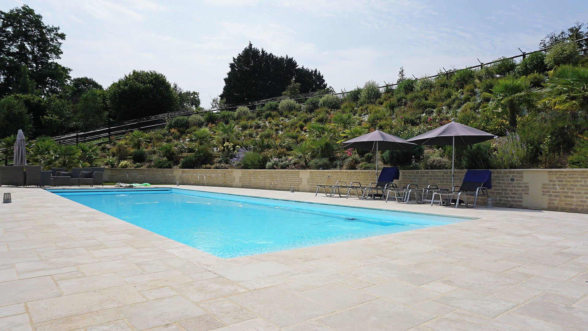 PAYS D'AUGE CALVADOS Une maison en colmbages rénovée, avec des dépendances, une piscine et un parc