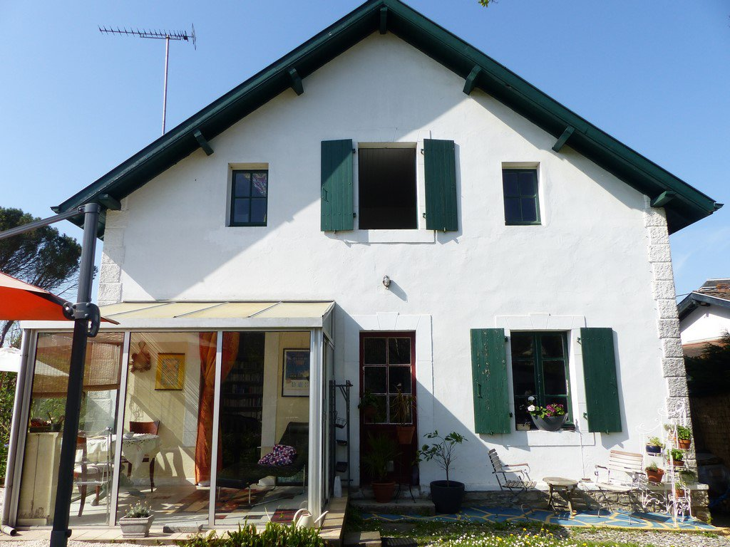SALIES DE BEARN - Townhouse with numerous possibilities, private garden and greenhouse