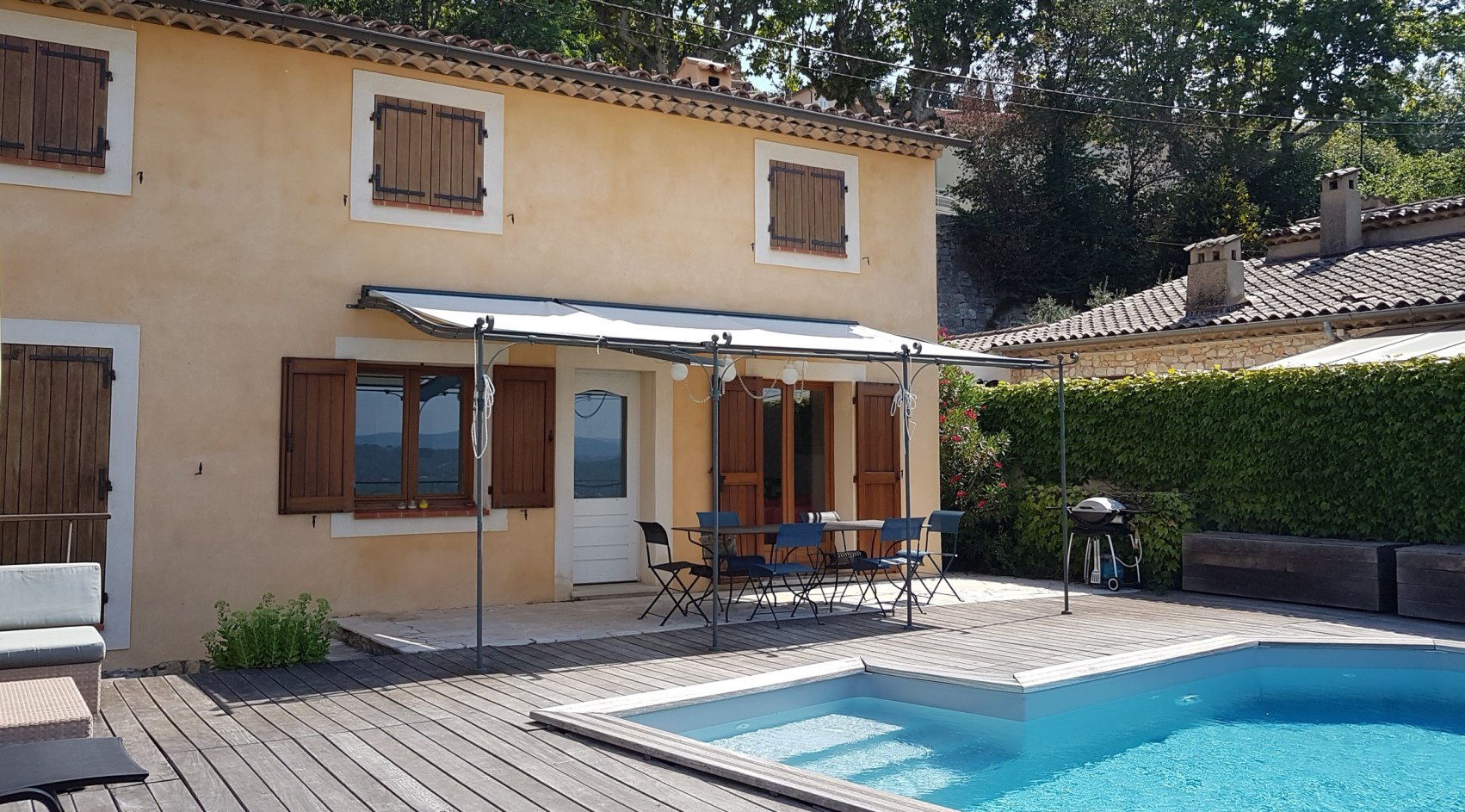 Fayence: house in the village with view and pool...